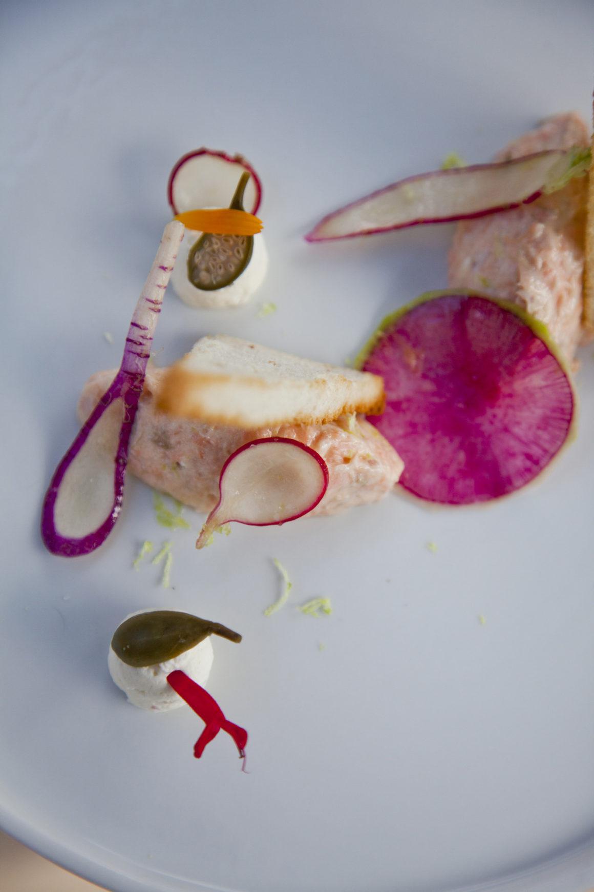 """""""Rillette de saumon fumé, radis multicolores et câpres acidulées"""", le Mas Bottero."""