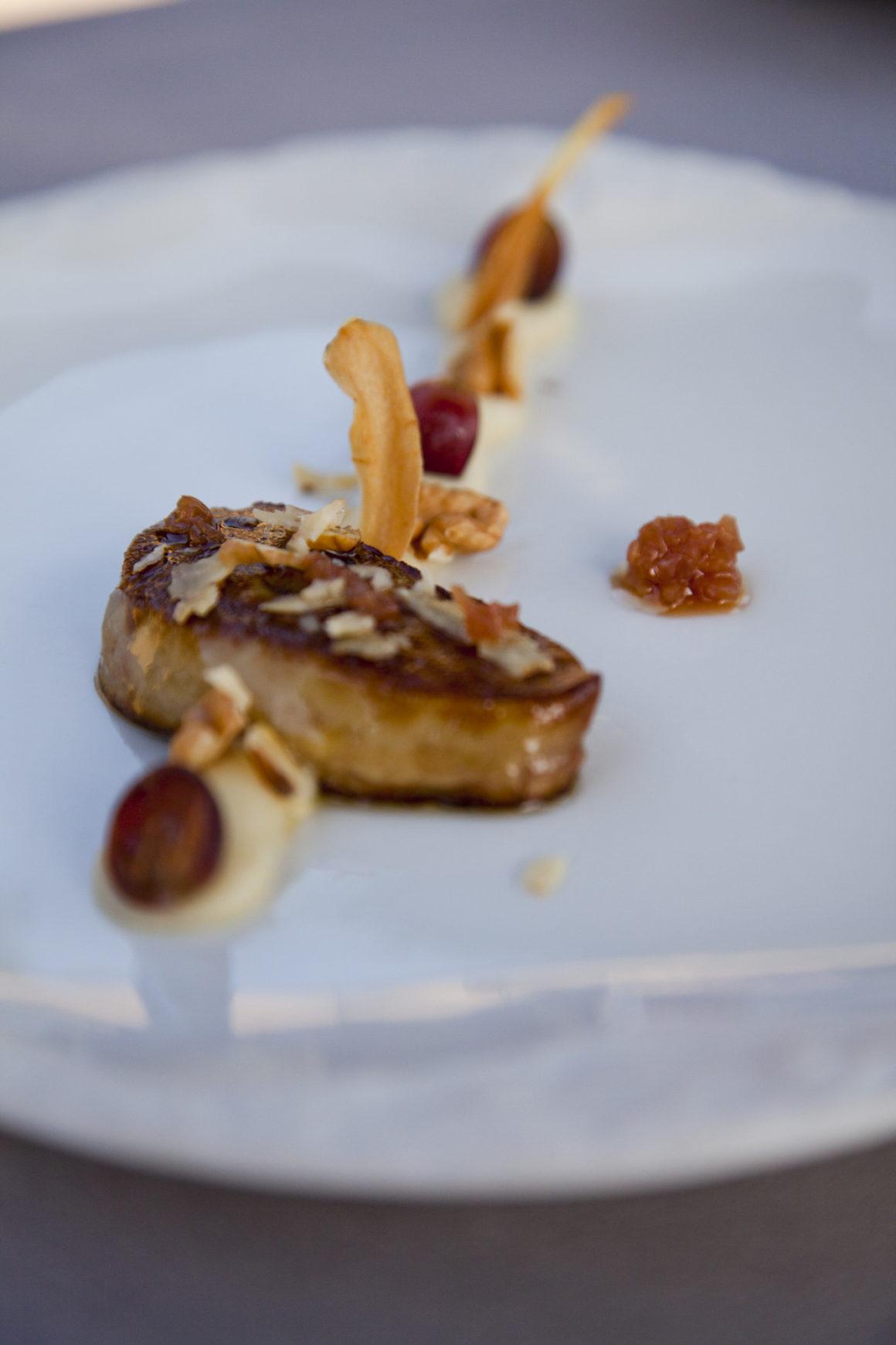 """""""Foie gras IGP du Sud-ouest poêlé, panais, noix de Grenoble et raison, échalotes au verjus"""", le Mas Bottero."""