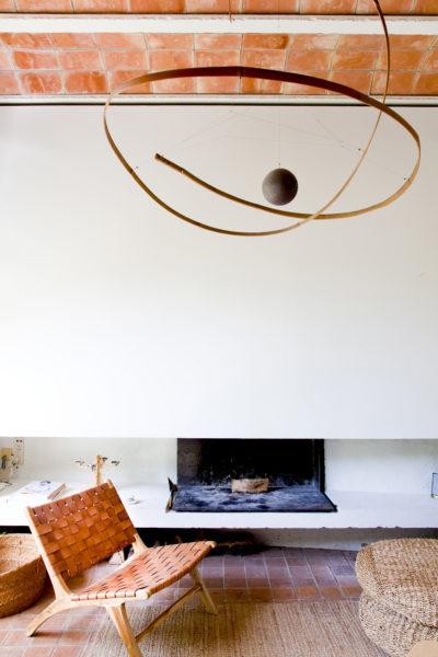 """Salon avec mobile en bambou, œuvre de l'artiste Laurent Martin, dit """"Lo"""". Hôtel Les Hamaques, en Catalogne, Espagne."""
