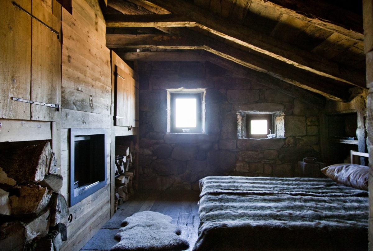 Cheminée dans la chambre, Buron de la Chambe, Cantal, Auvergne.