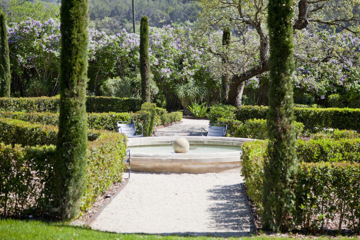 Le parc du Domaine de Fontenille, dans le Luberon