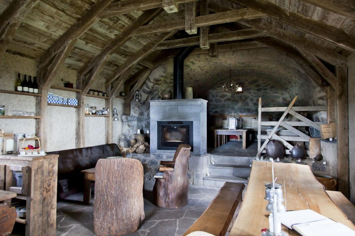 Cheminée, Buron de Bâne par Les Maisons de Montagne, à Pailherols, Cantal, Auvergne.