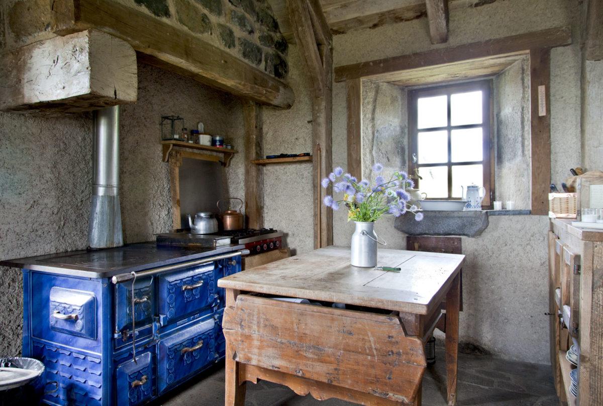 Cuisine, Buron de Bâne par Les Maisons de Montagne, à Pailherols, Cantal, Auvergne.