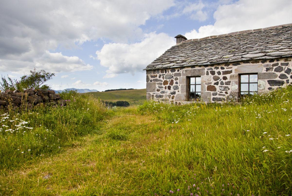 En pleine nature, Buron de Bâne par Les Maisons de Montagne, à Pailherols, Cantal, Auvergne.