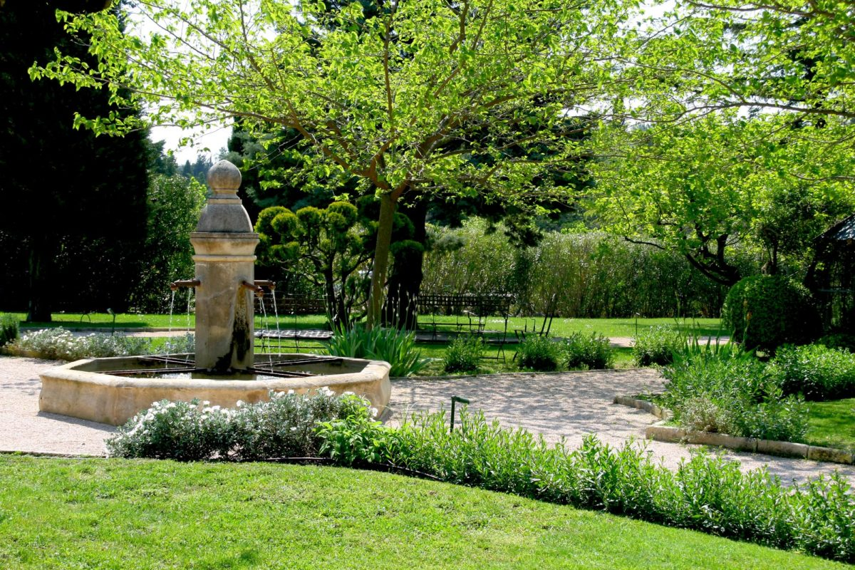 Fontaine, jardins de Baumanière.