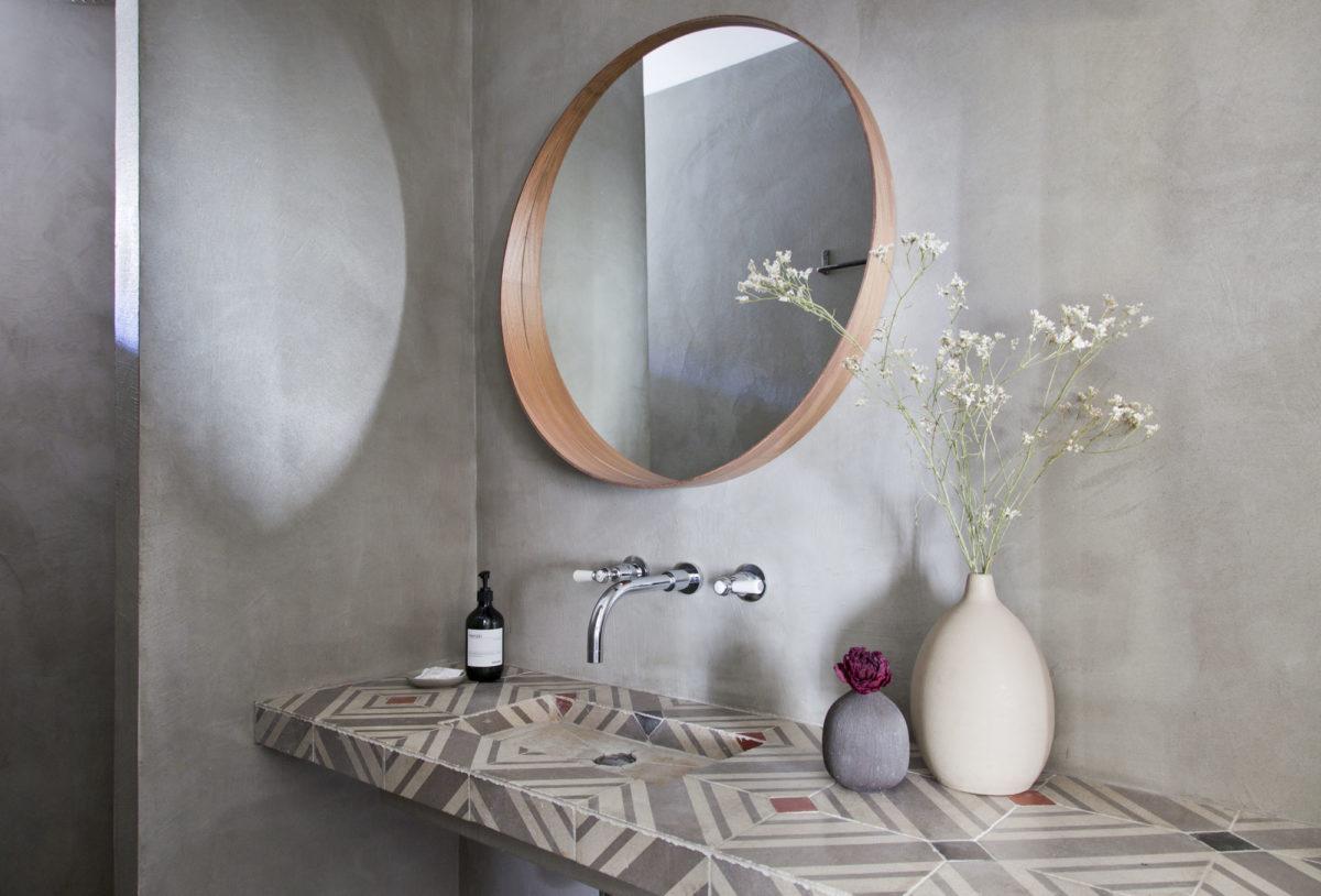 Salle de bains, maison Le 35 Mai en Ardèche. © Elodie Rothan