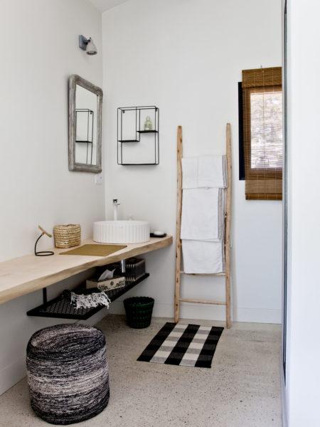 Petite salle de bains semi-ouverte.