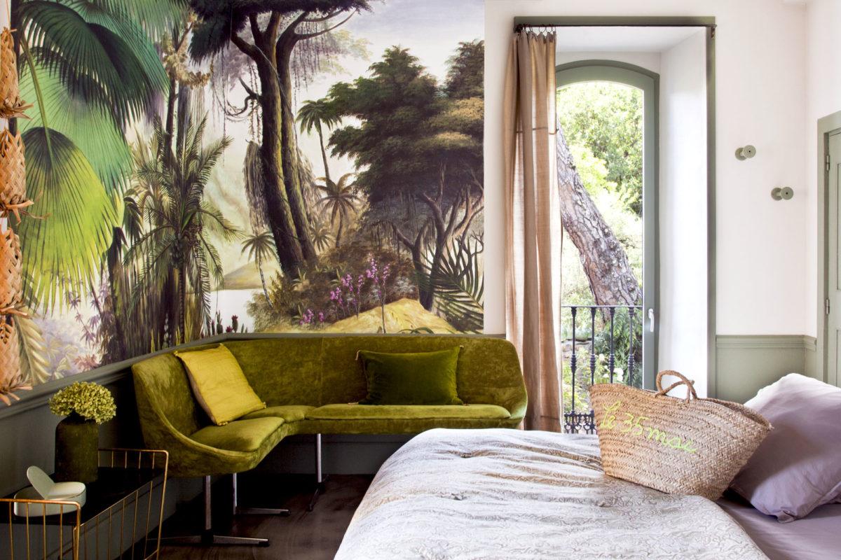 """Evocation tropicale dans la chambre """"M"""", maison Le 35 Mai en Ardèche. © Elodie Rothan"""
