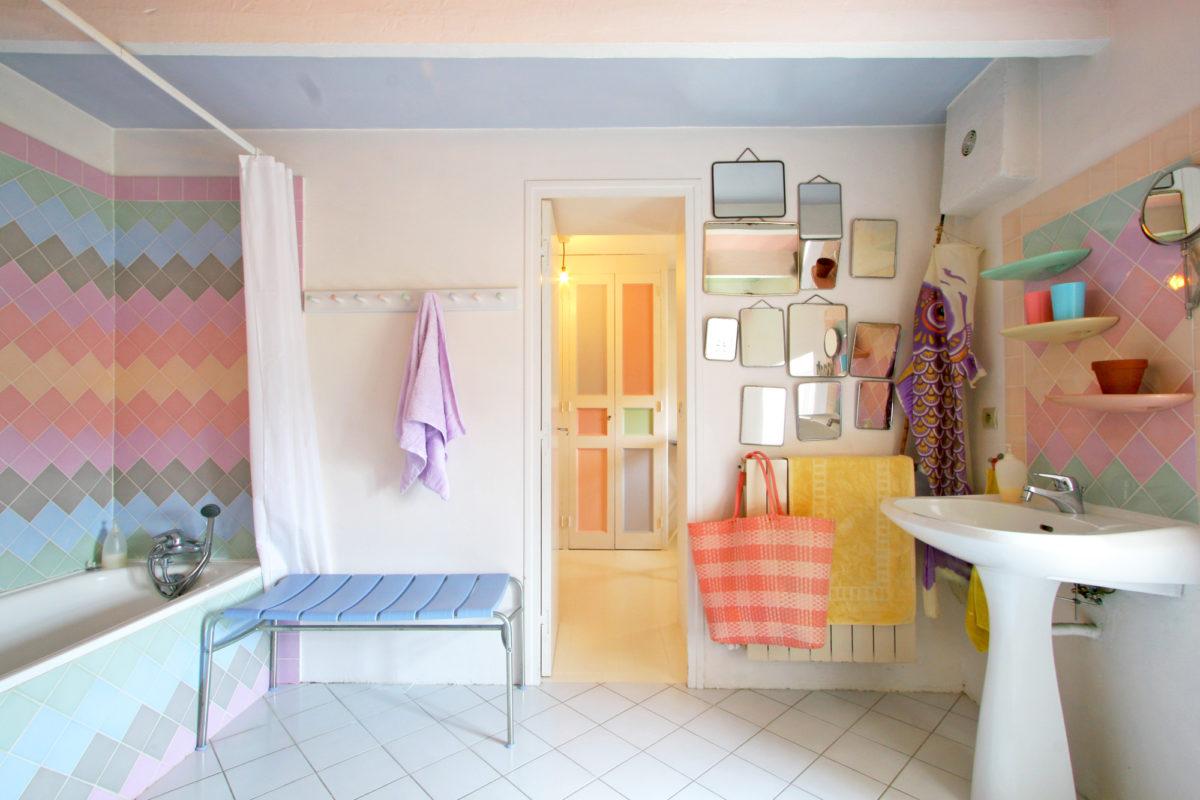 Salle de bains, maison Les Chaix en Ardèche. © Elodie Rothan