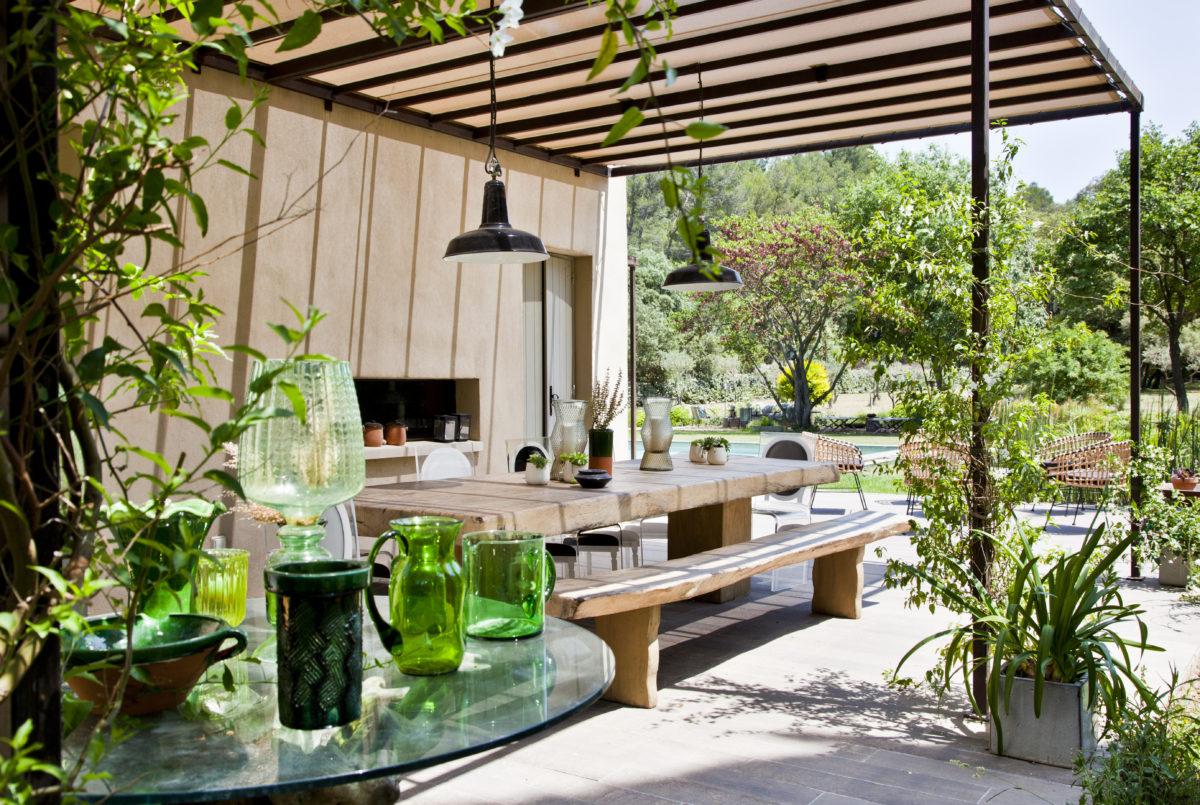 Plantes grimpantes, bosquets verdoyants et jardin arboré emplissent toutes les perspectives.