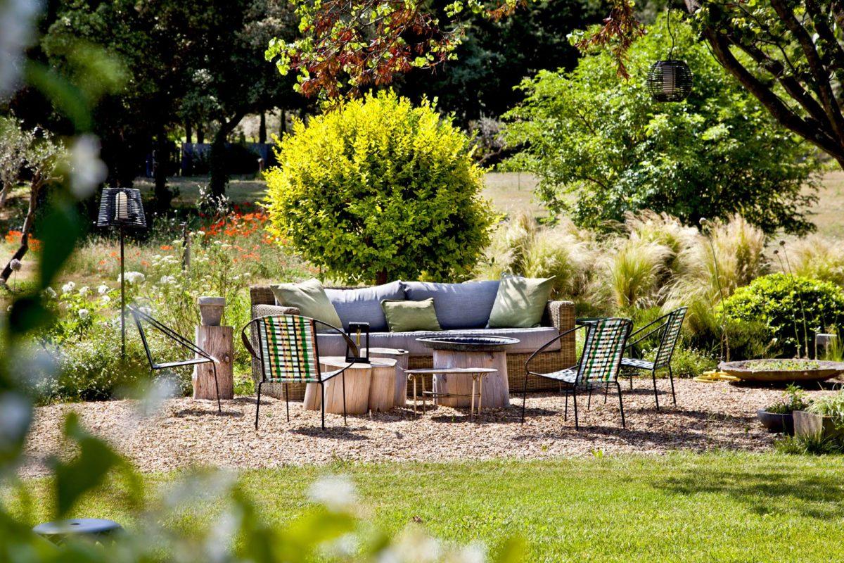 Oliviers, cyprès, bosquets verdoyants, bouquets de lavandes, roses odorantes... Mille fragrances parfument les lieux. © Elodie Rothan