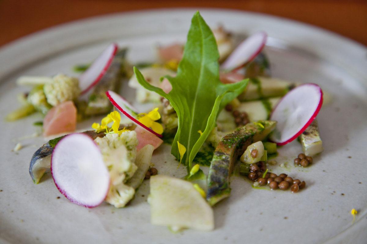 Lisette grillée, légumes croquants à la grecque, huile de coriandre.