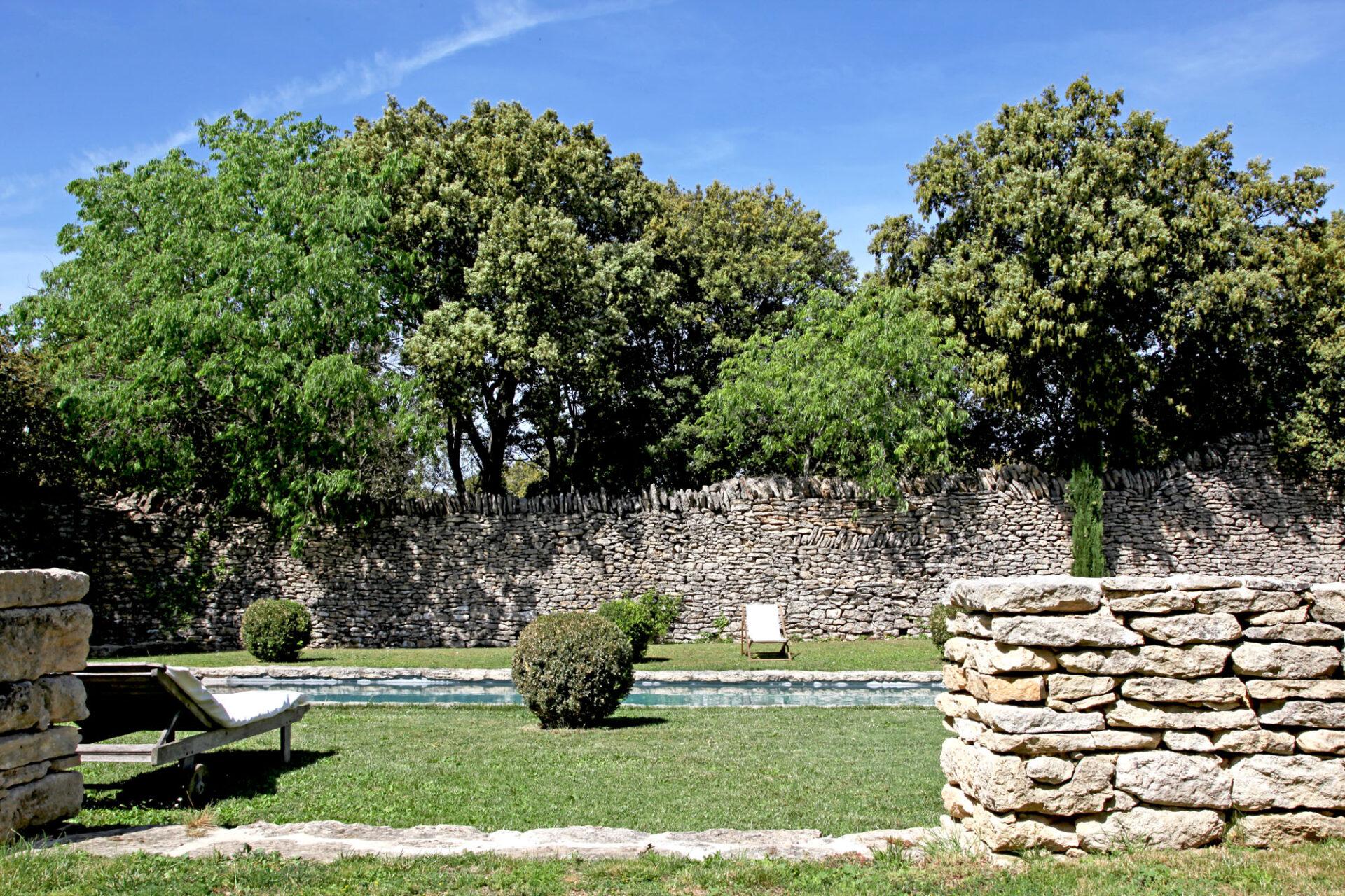 Piscine, maison d'hôtes Le Mas de la Tannerie à Gordes, dans le Luberon.
