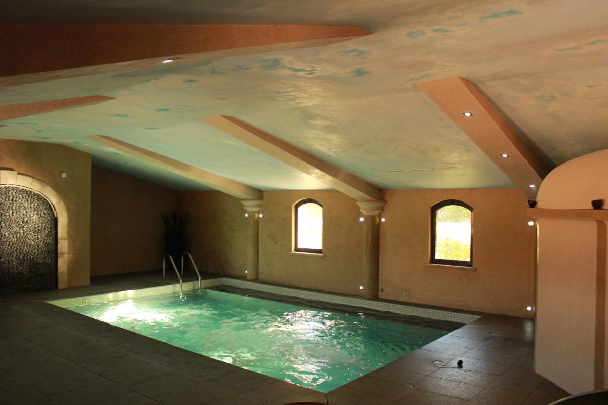 Piscine intérieure, Ferme Fortia, dans la Drôme. © Ferme Fortia