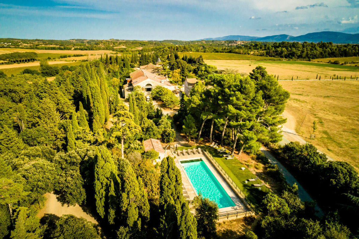 Vue aérienne du domaine des Cabanes dans les Bois, dans l'Aude. © Les Cabanes dans les Bois