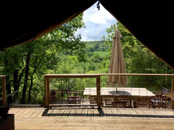 Terrasse d'une tente Safari, domaine Les Quatre Toits, dans le Tarn-et-Garonne. © Les Quatre Toits