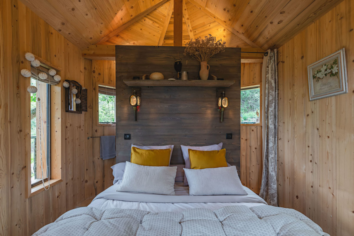 Chambre de la cabane, Ferme Fortia, dans la Drôme. © Ferme Fortia