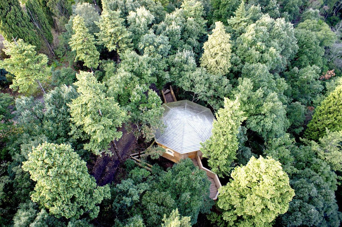 Vue aérienne d'une cabane. ©Héli11