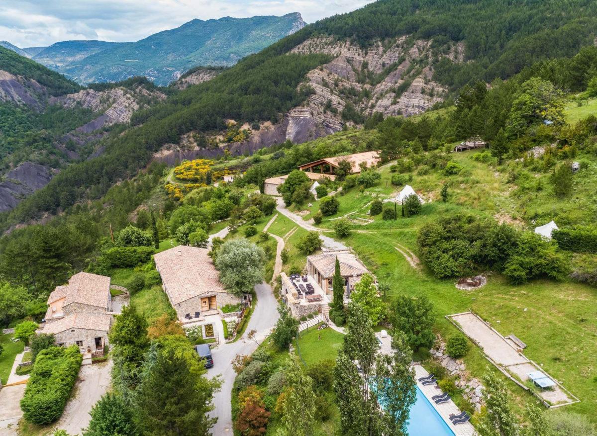 Vue aérienne de la Ferme Fortia, dans la Drôme. © Ferme Fortia