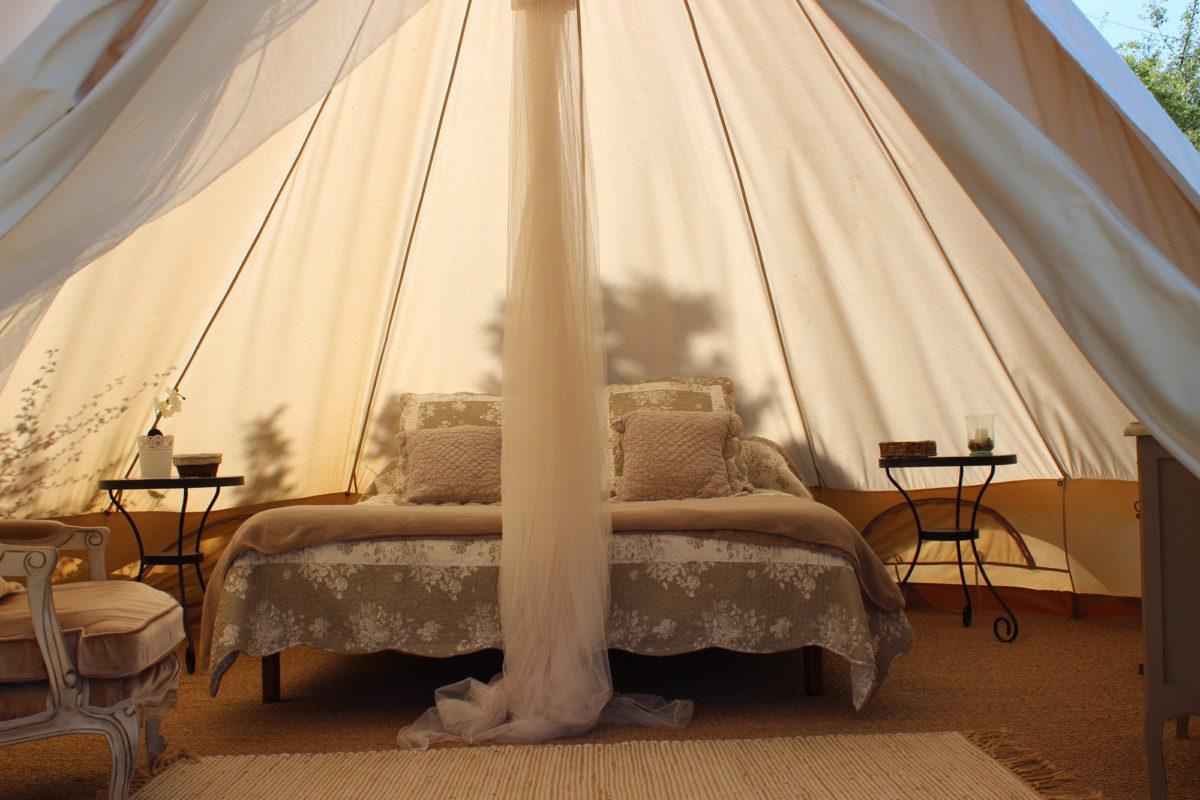Intérieur de la tente lodge, Ferme Fortia, dans la Drôme. © Ferme Fortia