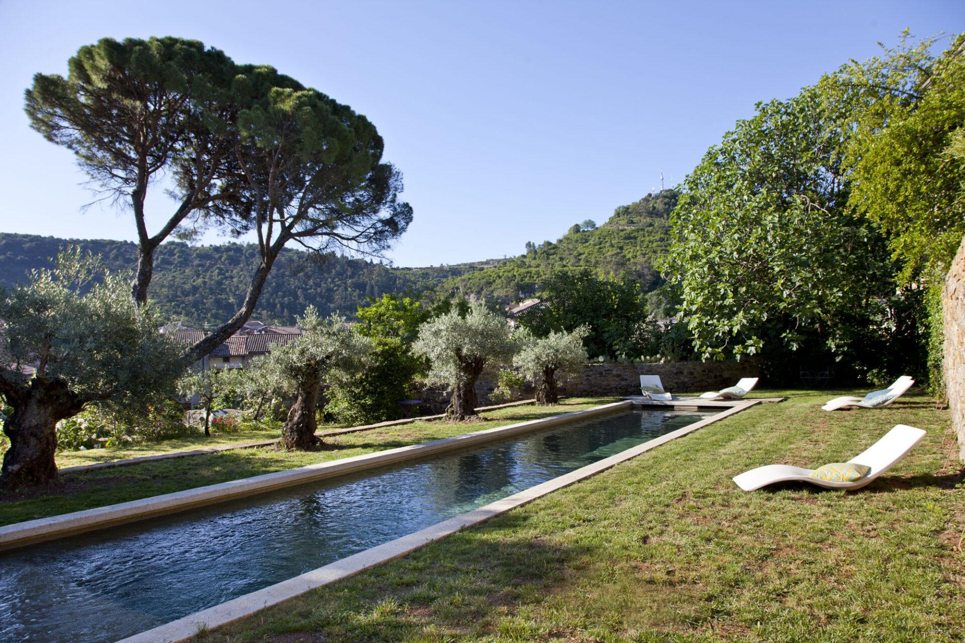 Panorama piscine, maison Le 35 Mai en Ardèche. © Elodie Rothan