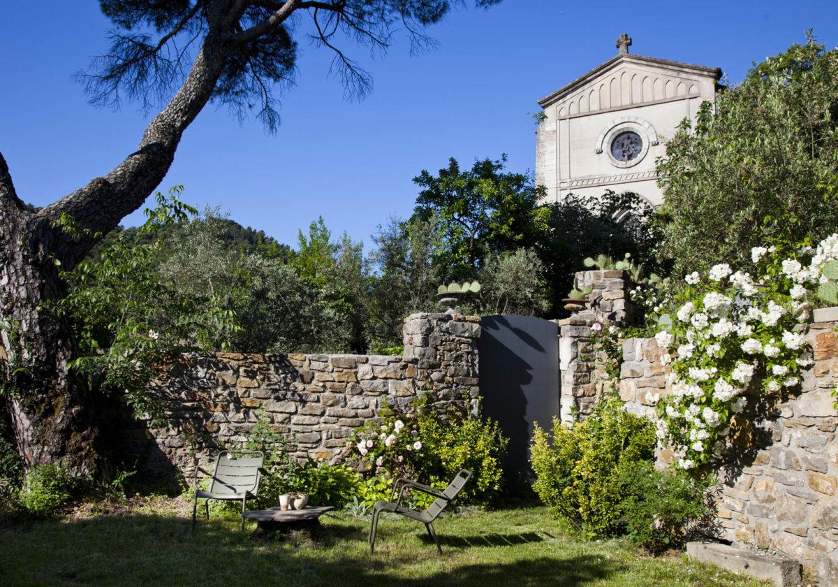 Vue sur l'église, maison Le 35 Mai en Ardèche. © Elodie Rothan