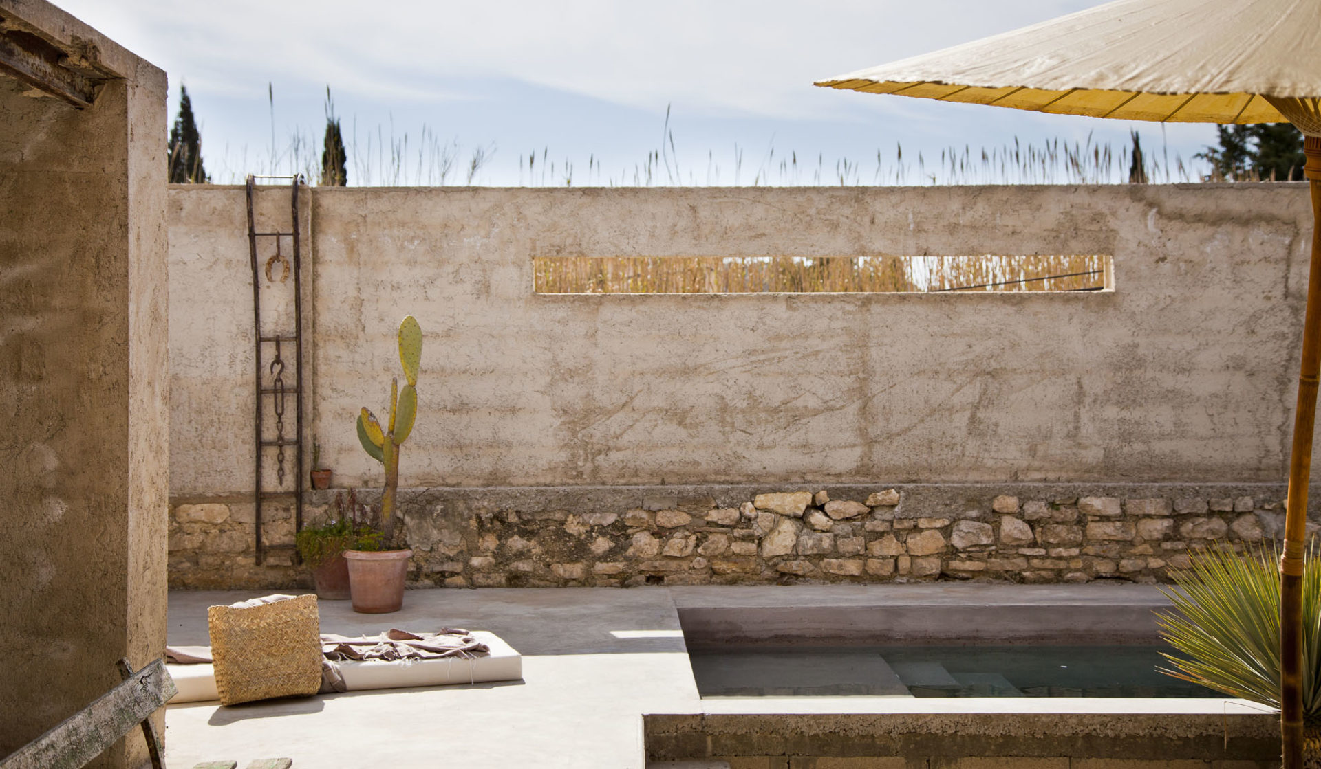 Un style wabi-sabi façon Méditerranée, laissant les murs de béton tels quels, mais distillant un charme fou. © Elodie Rothan