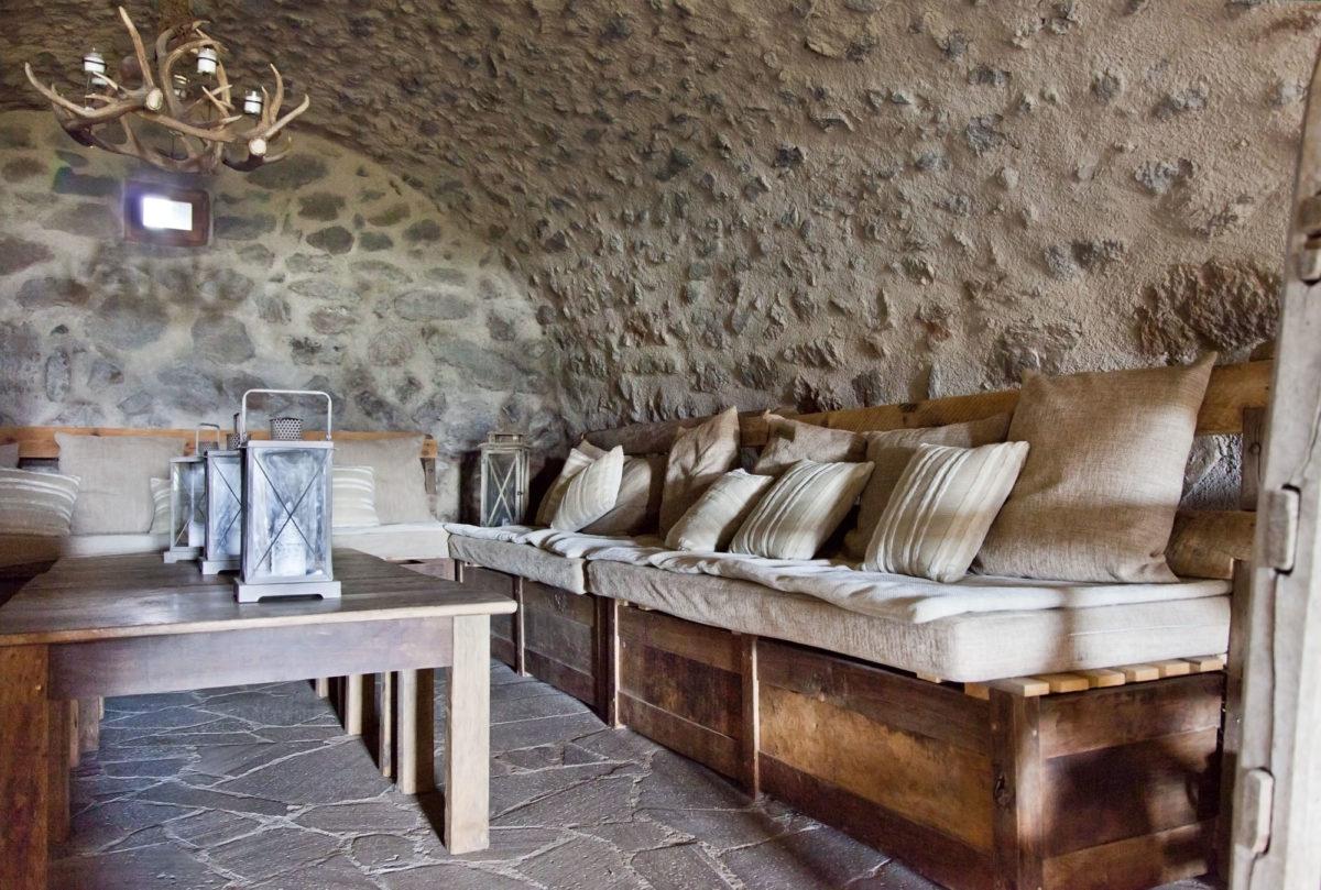 Salon, Buron de Bane par Les Maisons de Montagne, à Pailherols, Cantal, Auvergne.