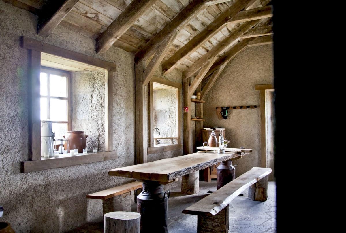 Salle à manger, Buron de Bâne par Les Maisons de Montagne, à Pailherols, Cantal, Auvergne
