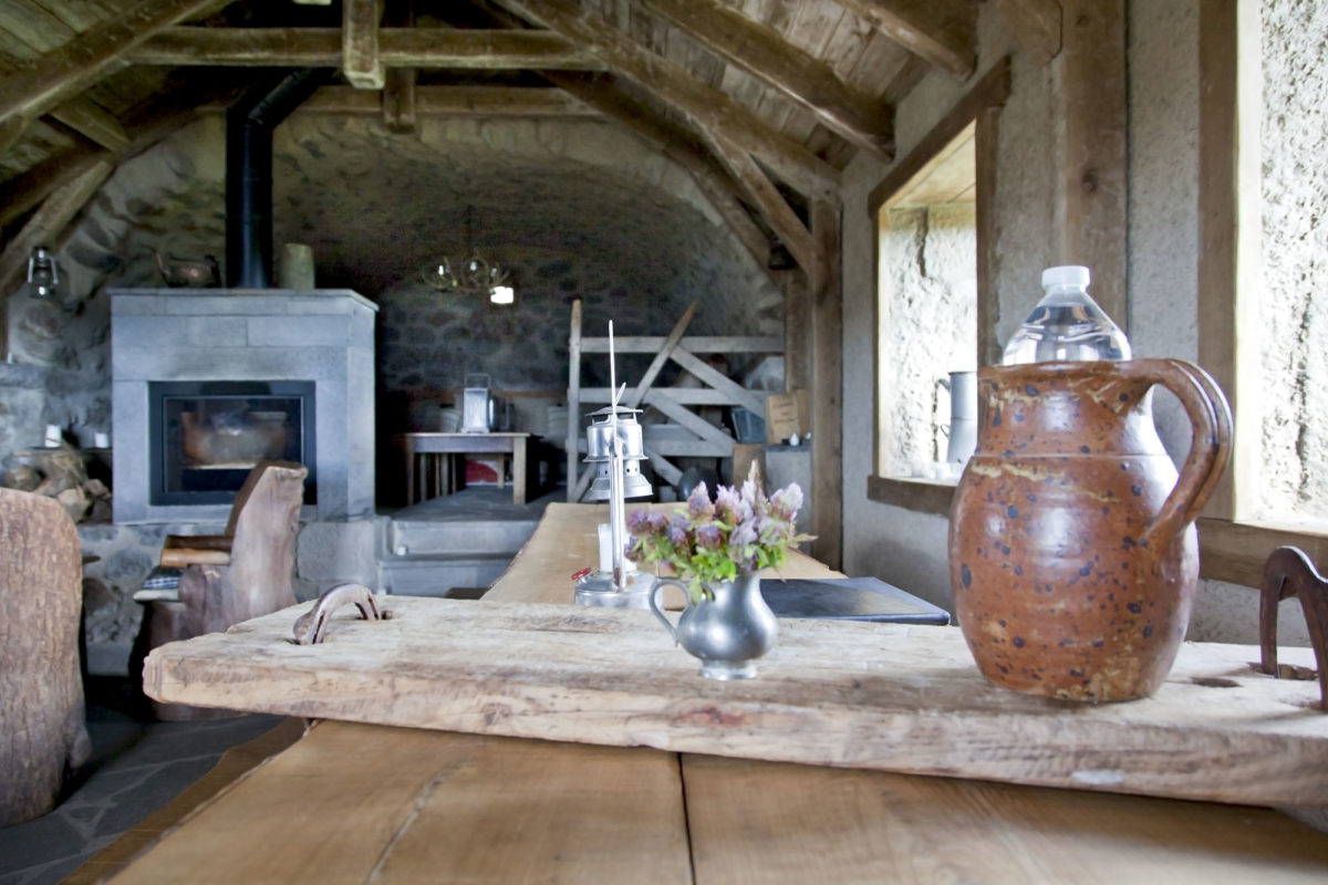 Art de vivre, Buron de Bâne par Les Maisons de Montagne, à Pailherols, Cantal, Auvergne.