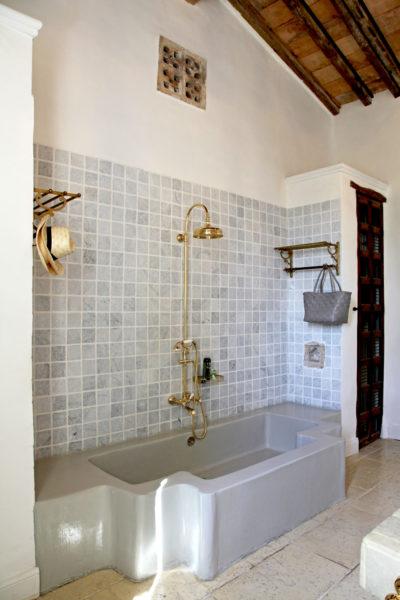 """Salle de bains de la suite """"la Chapelle"""" de l'hôtel Le Hameau des Baux, Alpilles, Provence."""